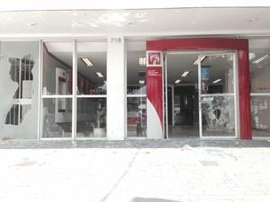 Agência bancária é depredada durante reitegração de posse no Rio (Foto: Guilherme Brito/G1)