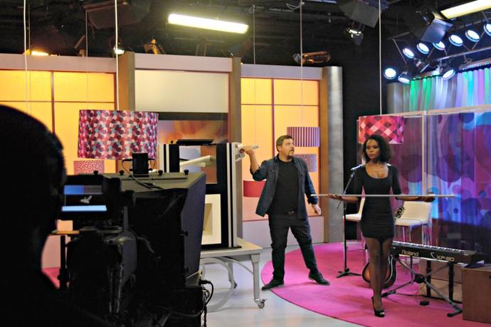 Kronnus mágica no estúdio Mistura com Rodaika bastidores (Foto: Giovane Santayana/RBS TV)