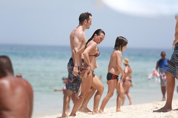 Carla Marins e a familia na praia (Foto: Dilson Silva/ Ag. News)