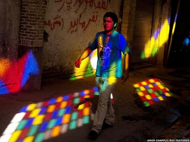 Jovem caminha em cidade iraniana (Foto: Ammos Chappel/ Rex Features)