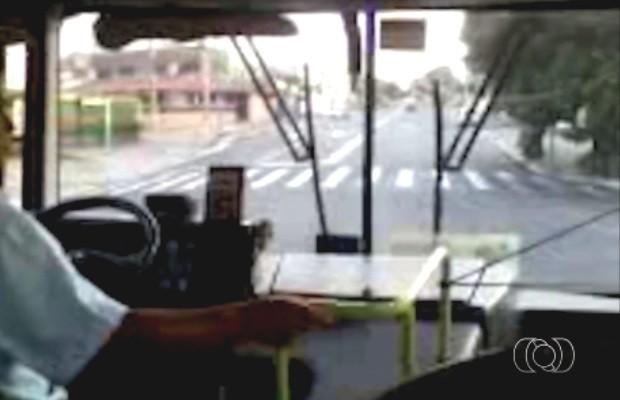 Vídeo flagra motorista conduzindo ônibus sem saber rota em Goiânia