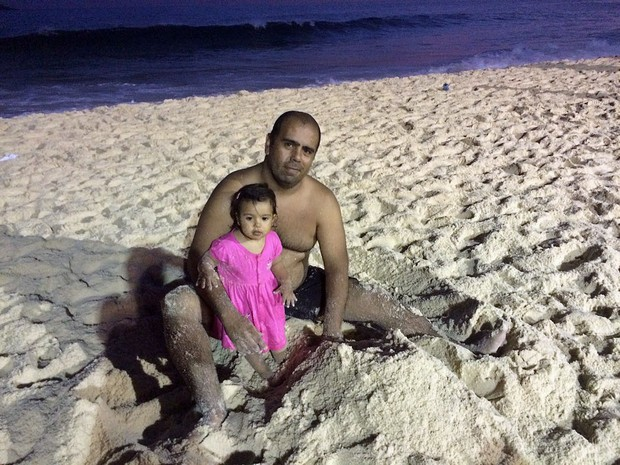 Argentino curte a praia do Rio com a filha (Foto: Patricia Teixeira/G1)