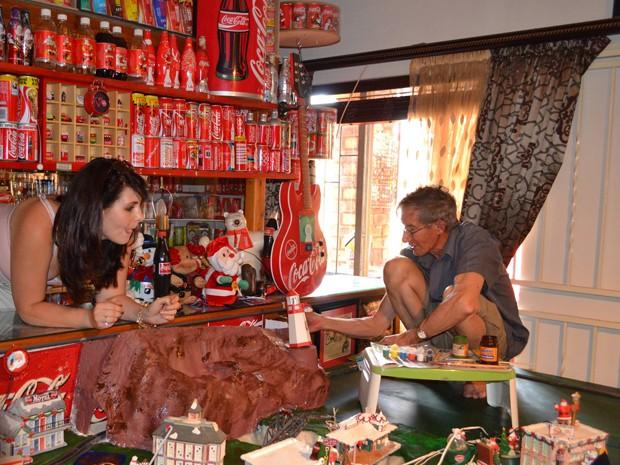 Há lugar para copos, chaveiros, bonecos que cantam, carrinhos e diversos tipos de artigos promocionais  (Foto: Hendrik Botha/Reprodução Facebook)