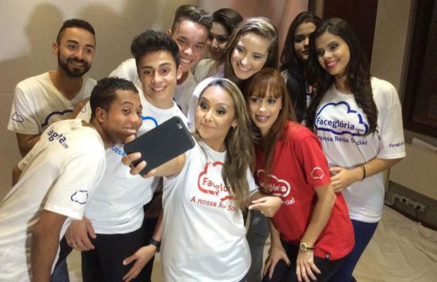 Cantora Bruna Karla (ao centro) é uma das celebridades do mundo gospel que apoia o FaceGlória. (Foto: Divulgação/FaceGlória)