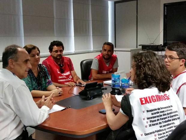Grupo de grevistas em reunião com RH do INSS para entregar documento (Foto: Fenasps/Divulgação)