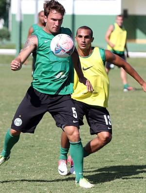 Willian e Gil disputam bola no treino do Coritiba (Foto: Divulgação / Site oficial do Coritiba)