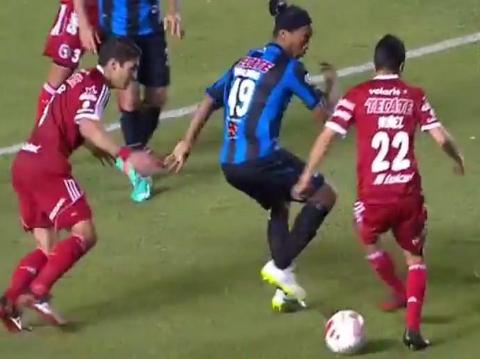 Ronaldinho Gaúcho drible por baixo das pernas Querétaro