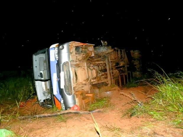 Vítimas foram socorridas pelo Corpo de Bombeiros (Foto: Fábio Campos/Rádio Caçula)