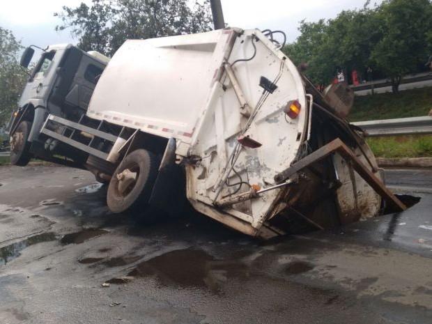 Caminhão foi 'engolido' pelo asfalto em Bauru (Foto: Maycon Martins / Arquivo Pessoal)