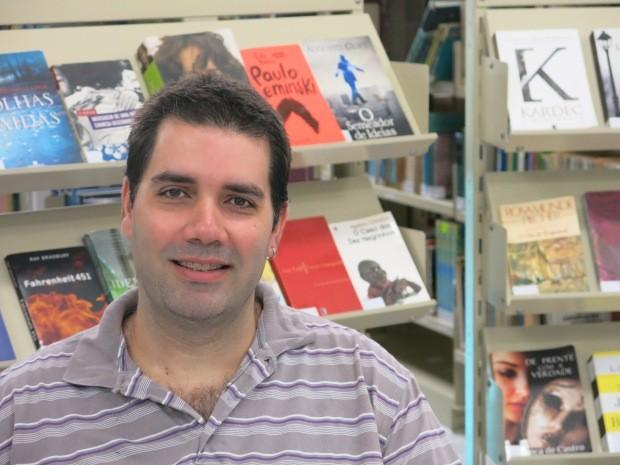 Primeiro livro de jornalista e escritor reunirá dezenas de crônicas (Foto: Guilherme Lucio/G1)