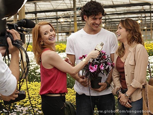 Malu aparece para as câmeras ao lado de Bento (Foto: Sangue Bom/TV Globo)