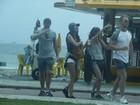 Nina Dobrev, de 'Vampire Diaries', faz salto de parapente no Rio