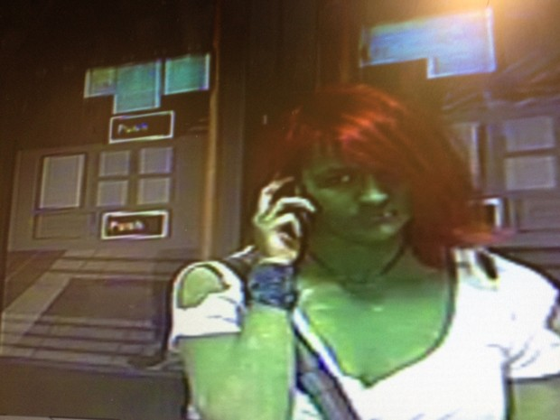 Polícia divulgou foto de jovem pintada de verde e cabelo tingido de vermelho acusada de agressão (Foto: Divulgação/North Yorkshire Police)