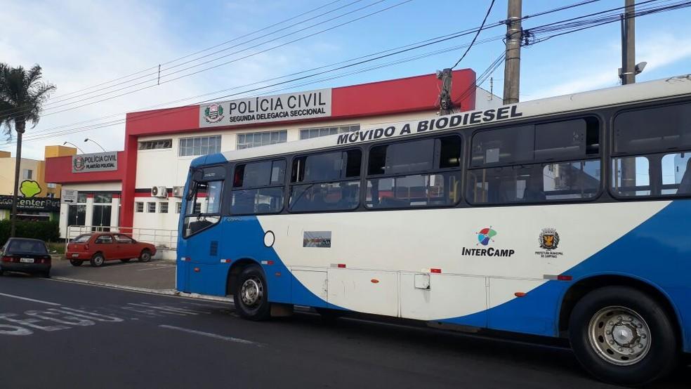 Passageiros são feitos de reféns em sequestro de ônibus em Campinas (SP) (Foto: Vanderley Duarte/EPTV)