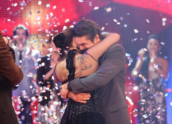 Campeões deram um abraço emocionado ao ouvir o resultado (Foto: Carol Caminha/Gshow)