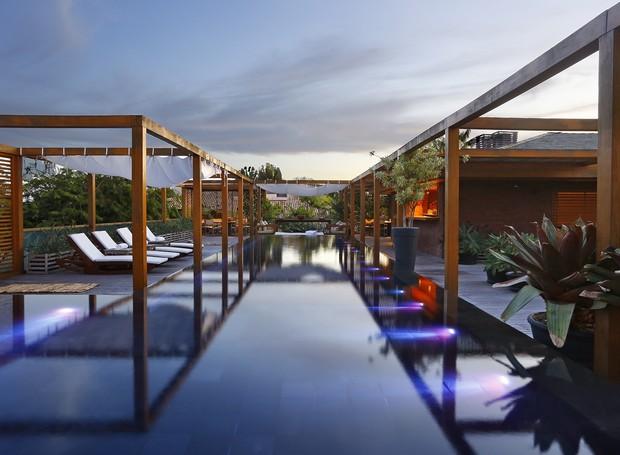 Projetada pelo arquiteto David Bastos, essa casa Em Trancoso disponível no site tem 800 m², com piscina e quadra de tênis (Foto: Divulgação)