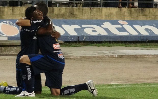 Eleyser comemora gol com Diego Clementino (Foto: Caio Lorena / Globoesporte.com)