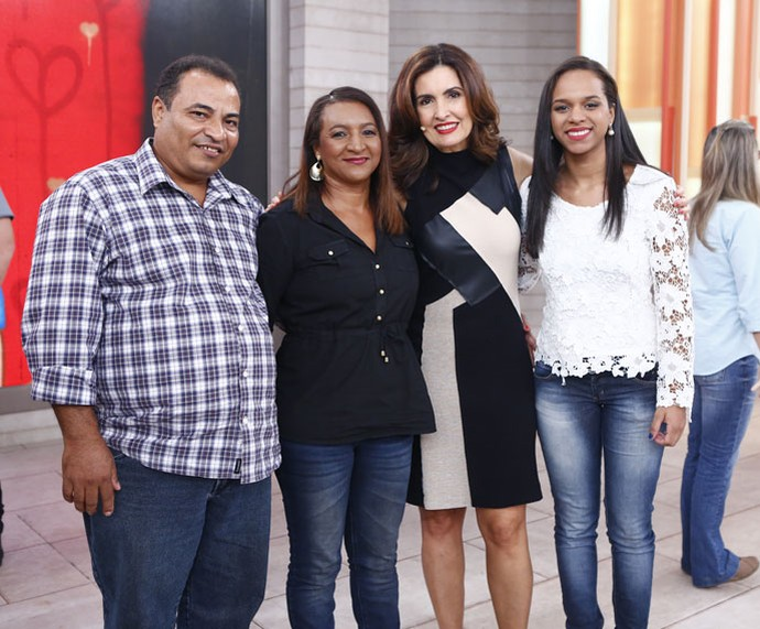 Família convidada do programa com a apresentadora  (Foto: Fábio Rocha/Gshow)
