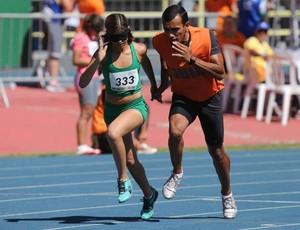 Thalita Vitória, atleta da Adevirn, e o guia, Felipe Veloso - atletismo (Foto: Marcelo Régua/MPIX/CPB)