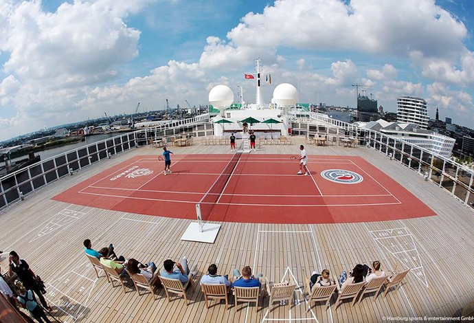 Fabio Fognini joga tênis em um transatlântico no porto de Hamburgo (Foto: Hamburg sports & entertainment )