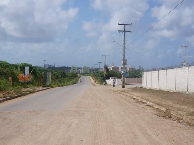 Parte da via está pavimentada enquanto uma parte não conta com nenhum tipo de estrutura (Foto: Paula Nunes/G1)