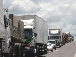 Congestionamento se formou até que caminhão fosse retirado da estrada (Foto: Reprodução/TV TEM)