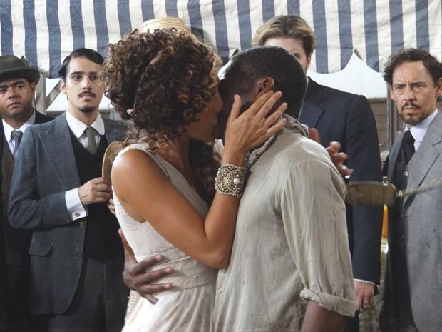 Isabel e Zé se beijam (Foto: Lado a Lado/TV Globo)