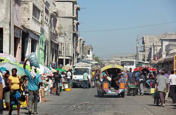 No Boulevard Jean-Jacques Dessaline, centro de Porto Príncipe, prédios seguem demolidos ou inclinados três anos após o terremoto (Foto: Renato Machado/G1)