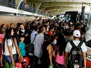 Terminal Rodoviário de João Pessoa colocou 70 ônibus extras à disposição da população para este sábado (22) (Foto: Reprodução/TV Cabo Branco)