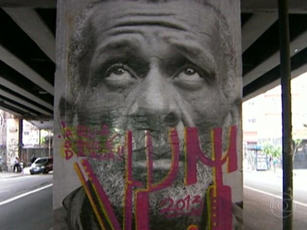 Retrato gigante no minhocão é pichado (Foto: Reprodução/ TV Globo)