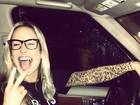 De óculos, Claudia Leitte faz careta para foto