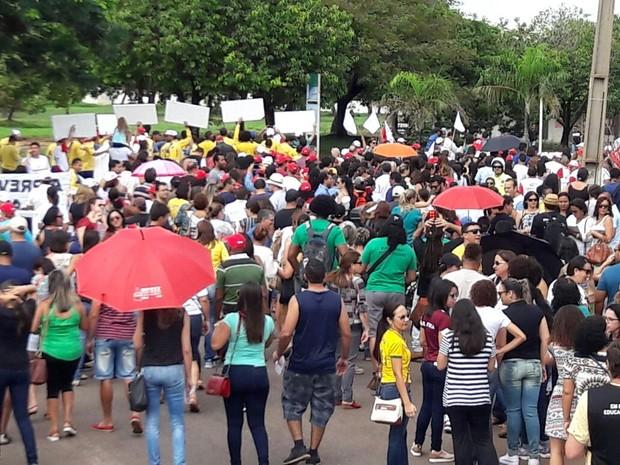 Manifestantes caminharam pela avenida JK, em protesto  (Foto: CUT/Divulgação)