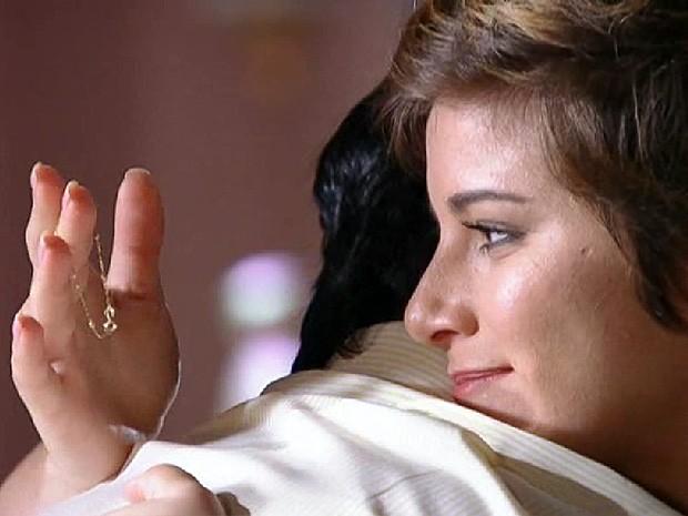 Aisha se emociona com a pulseira que carregava quando bebê (Foto: Salve Jorge/TV Globo)