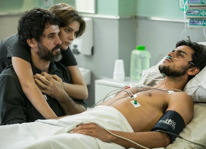 Cobra fica emocionado ao saber que é filho de Gael (Foto: Inacio Moraes / Gshow)