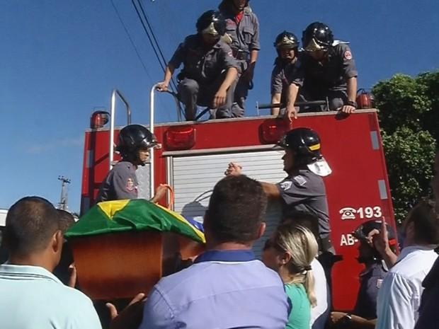 Corpo do policial foi levado por um caminhão dos bombeiros (Foto: Reprodução/TV TEM)