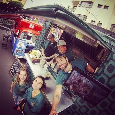 João Gabriel com a equipe do food truck (Foto: Reprodução)