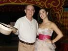 Livian Aragão posa com o pai, Renato, nos bastidores de 'Saltimbancos'