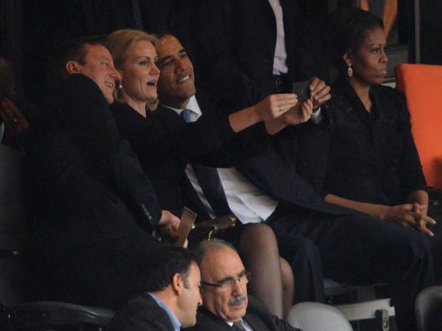 Obama, o primeiro-ministro britânico, David Cameron e a primeira-ministra da Dinamarca, Helle Thorning Schmidt tiram autoretrato durante cerimônia de funeral de Nelson Mandela em Joanesburgo. (Foto: Roberto Schmidt/AFP)