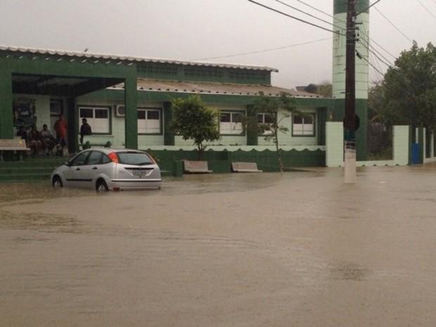 Chuva alaga as ruas de Maresias (Foto: Giovanna Camargo/TV Globo)