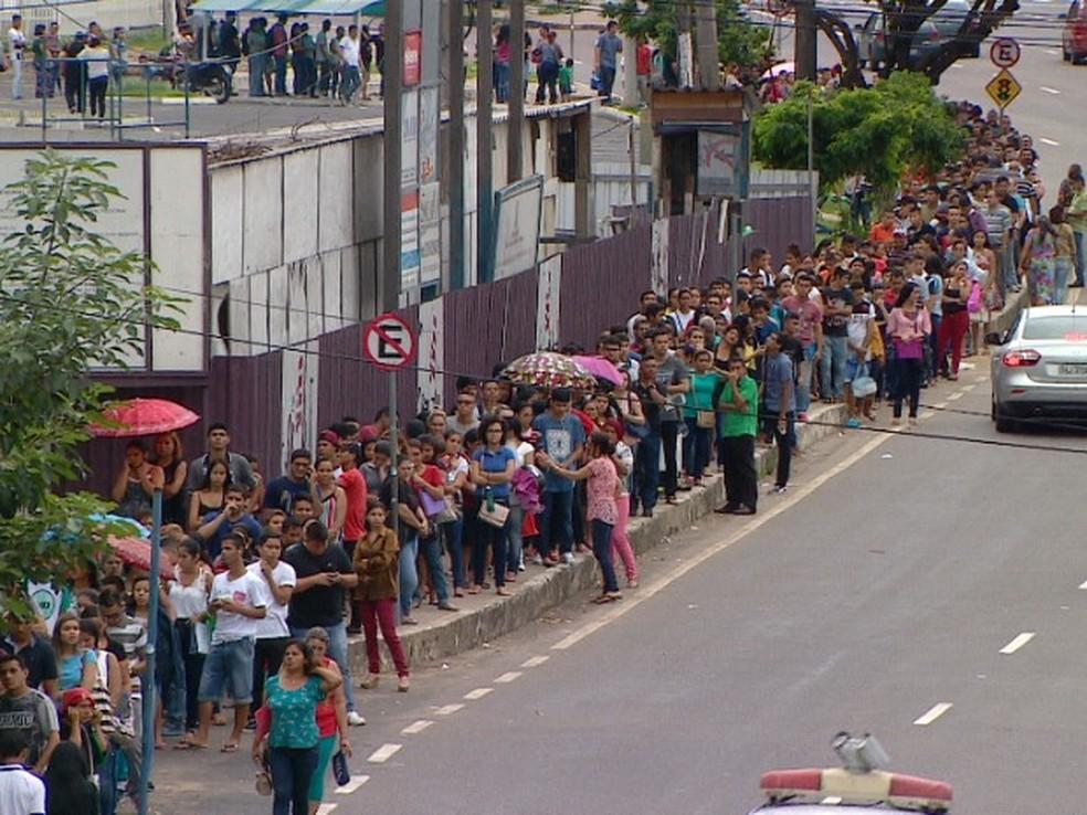 Desempregados fazem fila em busca de vaga (Foto: Reprodução/Rede Amazônica)