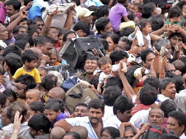 Pessoas se desesperam em meio a uma avalanche humana durante um festival hindu em homenagem a rios sagrados no estado de Andhra Pradesh, no sul da Índia. Ao menos 27 pessoas morreram e outras 20 ficaram feridas no tumulto em uma escada de acesso (Foto: R. Narendra/Reuters)