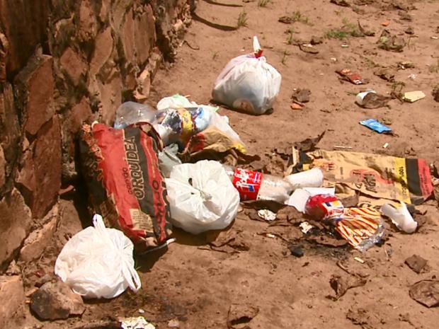 Lixo no Broa gera reclamações de proprietários de casas (Foto: Reginaldo Santos/EPTV)