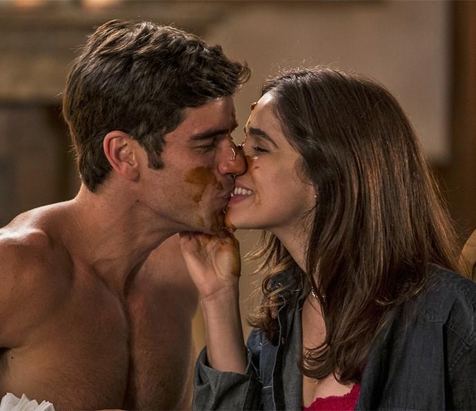 Felipe e Shirlei se beijam lambuzados de doce de lei ♥ (Foto: Ellen Soares/Gshow)