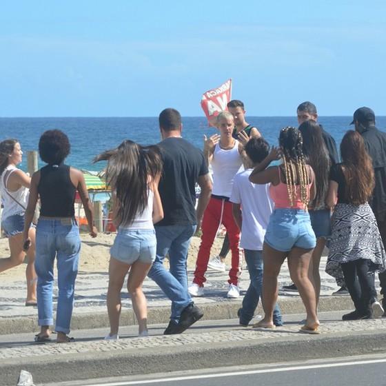 Bieber é cercado por fãs na praia de Ipanema  (Foto: AG. News)
