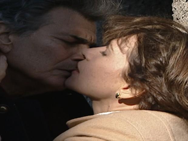 César e Lúcia se beijam.