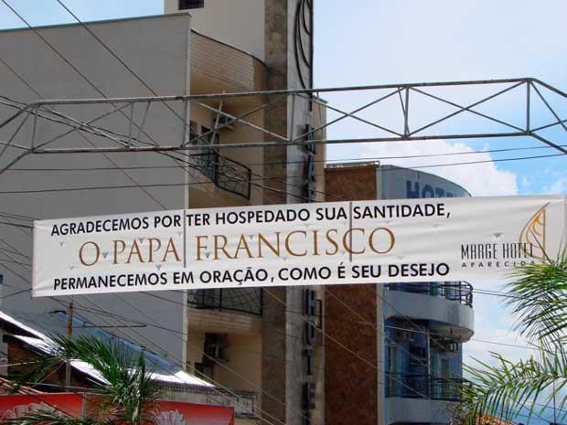 Faixa colocada na Rua Monte Carmelo, centro de Aparecida, em frente ao hotel onde o Papa Francisco ficou hospedado em 2007, quando era cardeal (Foto: Renato Ferezim/ G1)