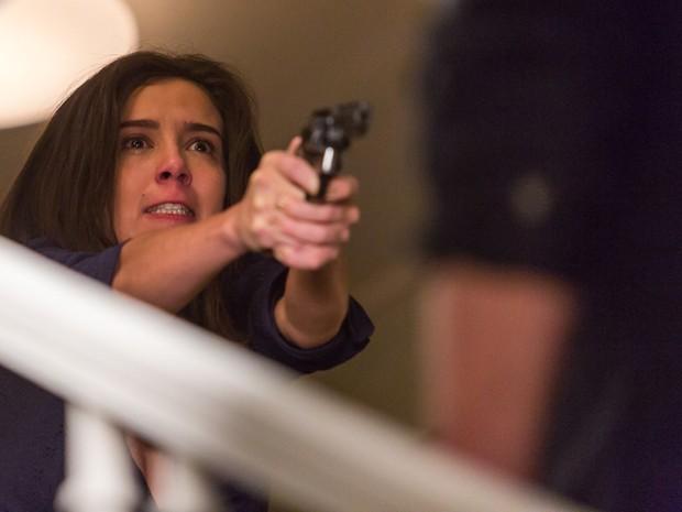 Cora atira em sua vítima  (Foto: Artur Meninea/Gshow)