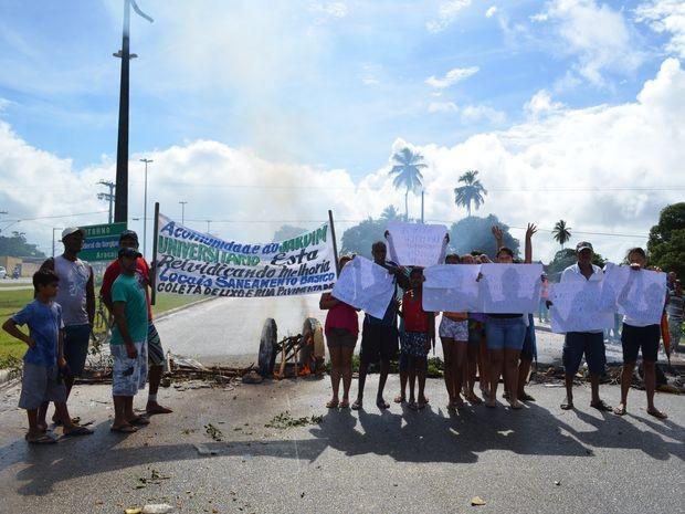 Grupo levou cartazes e faixas com as reivindicações (Foto: Marina Fontenele/G1)