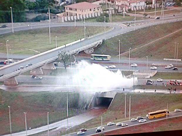 Jatos de água após rompimento de adutora na EPTG, no DF (Foto: Reprodução/TV Globo)