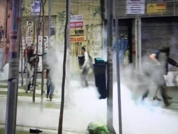 Policiais jogam muitas bombas de gás lacrimogêneo em direção aos manifestantes no Largo da Batata (Foto: Reprodução/GloboNews)